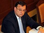 Premi�r Petr Ne�as p�i hlasov�n� o d�v��e vl�d�.