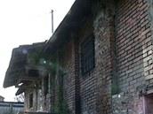 Nevzhledn� budova v Chot�buzi v�bec nevypad�, �e by skr�vala nap��klad