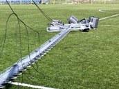 V Jesen�ku siln� v�tr vyvr�til sloupy, kter� osv�tluj� fotbalov� stadion.
