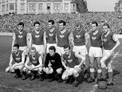 Šedesátá léta, mužstvo Dukly Praha před zápasem na Spartě; dole zleva Josef