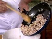 K uzenému masu přidejte i pokrájenou cibuli a také jen nechte prohřát.