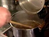 Lehce orestujte pokrájenou cibulku a přidejte k ní uvařené houby.