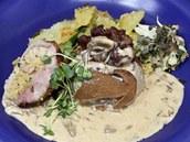 Uhlířský měšec s restovanými brambory, houbovou omáčkou a bylinkami.