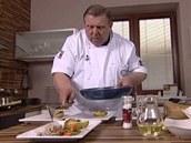 Šéfkuchař Jaroslav Sapík servíruje telecí maso s jarní zeleninou a...