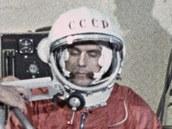 Vladimir Komarov jako náhradník pro let Vostoku při oblékání skafandru na kosmodromu Bajkonur v roce 1962