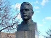Busta Vladimíra Komarova v blízkosti moskevského Památníku pokořitelů kosmu