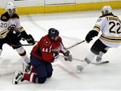 Obránce Roman Hamrlík z Washingtonu čelí přesile hráčů Bostonu.