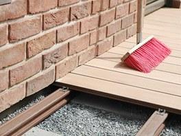 Během stavby nezapomínejte uklízet, ať si nepoškrábete štěrkem pod botami...