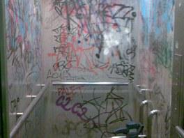 Výtah v paneláku před očistou