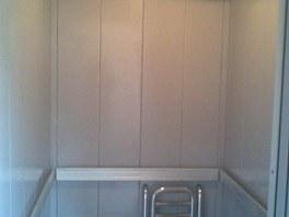 Výtah v paneláku po vyčištění