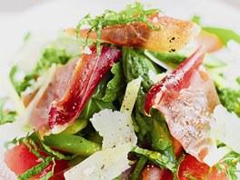 Jarní salát s parmazánem a pamskou šunkou