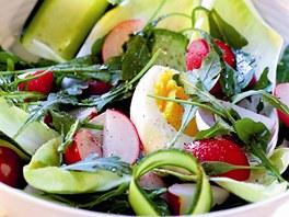 Čekankový salát s ředkvičkami a okurkou