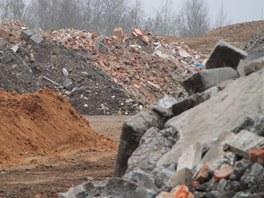Lidé z Polanky protestují, že v areálu pískovny se skladuje různý stavební