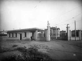 Vjezd s vr�tnic�, j�delnou, oh��v�rnou a z�chody v roce 1926