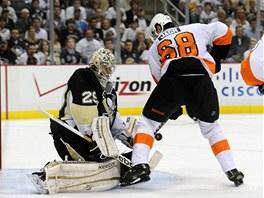 V �ANCI. Jarom�r J�gr z Philadelphie si v no�n�m z�pase NHL na led� Pittsburghu...