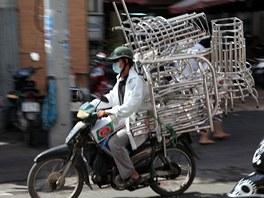 Motorky slouží také k převážení nejrůznějších věcí - od kytek či stromů v