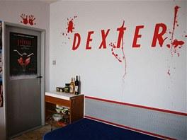 Na dal�� st�n� studentsk�ho pokoje je n�pis Dexter, kter� odkazuje na kultovn�