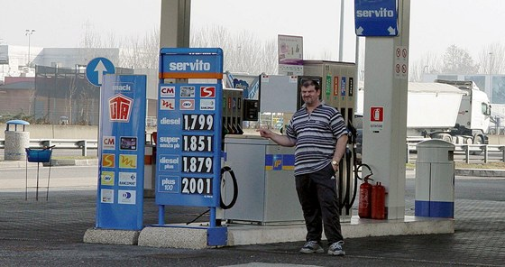 �erpac� stanice Servito v It�lii nab�z� benzin v p�epo�tu za 46 korun.