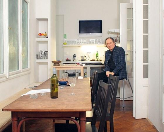 Kuchyňský kout s okny do velkého světlíku je zařízen prakticky. Jídelní stůl se