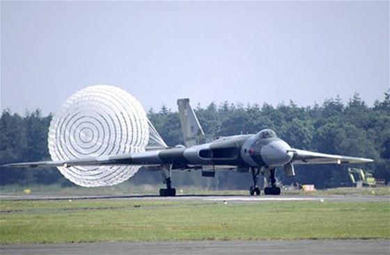 Avro Vulcan přistává s využitím brzdícího padáku