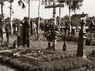 Provizorn� hrob na h�bitov� v Charv�tech (1945)