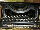 Starožitný psací stroj, zřejmě z trestné činnosti obchodníků s drogami