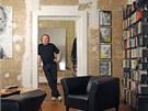 V interiéru se potkává nábytek z nejrůznějších období. Moderní kožená křesla a