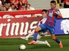 Plze�sk� fotbalista Milan Petr�ela (vpravo) v souboji se sl�vistou Vitalijem