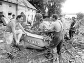 Následky záplav v roce 1997 byly katastrofální. Snímek ukazuje situaci v Široké