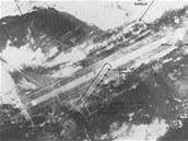 Snímek řady bomb položených pod úhlem na dráhu v Port Stanley
