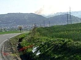 Pohled z kabiny hasičského vozu při příjezdu k Odrám, v dálce hoří dobešovský