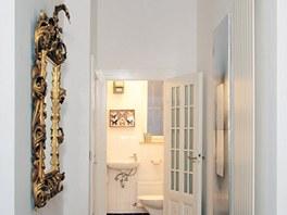 Benátské zrcadlo je ozdobou vstupního prostoru. Parkety i dveře včetně kování