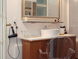 Majitel vymyslel originální koupelnový nábytek – zkombinoval novou desku a