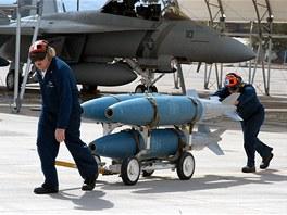 Zbrojíři US Navy převážejí těla bomb Mk.83 ráže 1000 lb