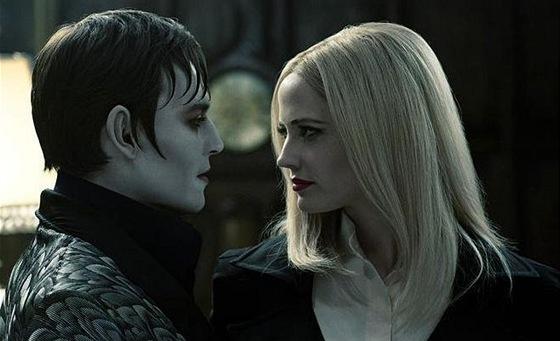 Johnny Depp a Eva Greenová ve filmu Temné stíny