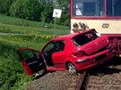 Motorov� vlak peugeota z p�ejezdu odtla�il. Ve vraku auta zahynula