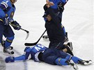 OMRÁ�ENÝ. Roman Star�enko z Kazachstánu bezvládn� le�í na led� poté, co ho...