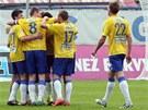 ŽLUTOMODRÁ RADOST. Tepličtí fotbalisté se radují z gólu.