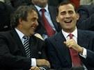 LEGRÁCKY. Španělský princ Filip (vpravo) se na finále Evropské ligy baví s