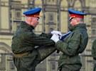 Ruská garda se protahuje b�hem zkou�ky na oslavu Dne vít�zství, který 9. kv�tna...