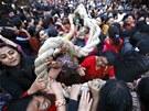 P�íznivkyn� táhnou za provaz v�z boha de�t� Machhindranathy, aby zajistili...