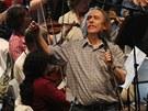 Jarek Nohavica p�i jedin� zkou�ce s filharmoniky p�ed koncertem v b�val�m