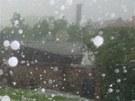 Přívalový déšť a kroupy ničily lidem v Chlumci nad Cidlinou a okolí zahrádky.