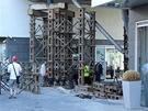 Provizorní podpěry nosné konstrukce části rezidence Prague Marina