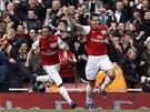 J� HO DAL. �to�n�k Robin Van Persie z Arsenalu (vpravo) se raduje ze