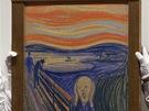 Zaměstnanci dražební síně drží Munchův obraz Křik, který se prodal za více než...