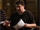 Režisér sedláček rozdává pokyny při natáčení