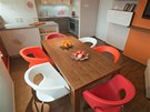 Plastové židle byly záměrně zvoleny v různých barvách.