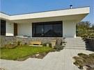 Z terasy se sestupuje na zahradu po venkovn�m schodi�ti oblo�en�m kamenn�mi