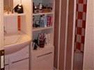 Koupelnu majitelka nepředělávala, pouze ji doplnila o úložné prostory.